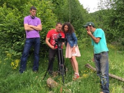 mirela-vasadi-tvr2-jurnalist-vedeta-media-filmarea-unui-reportaj-in- Maramures